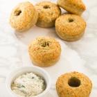 Αλμυρά Ντόνατς με Τυρί και Μυρωδικά, με Πικάντικο Άλειμμα