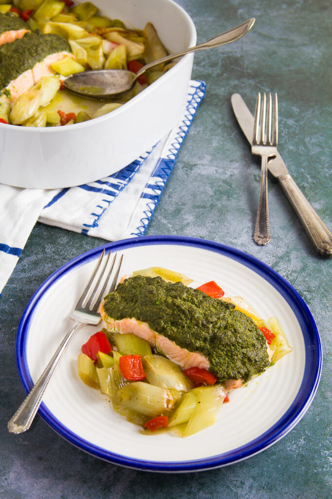 Ψητός Σολομός με Σάλτσα Κάππαρης και Πράσα - Grilled Salmon with Caper Sauce and Leeks