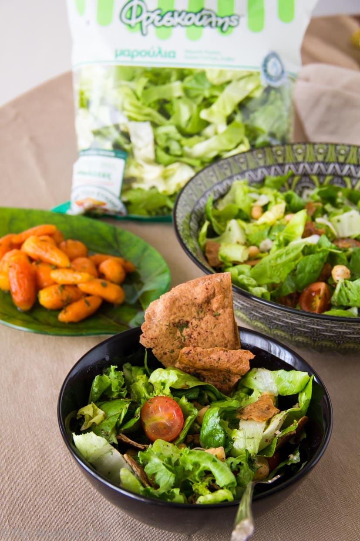 Μια πολύ νόστιμη και χορταστική σαλάτα με ρεβίθια και καροτάκια γλασέ. Συμπληρώνεται με ένα λεμονάτο dressing και τσιπς από αραβική πίτα ολικής άλεσης. - A delicious and filling chickpea green salad with glazed baby carrots, a lemony dressing and whole wheat pita bread chips.