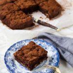 Υγιεινό μπράουνι χωρίς γλουτένη, με φουντουκοβούτυρο και διπλά σοκολατένια γεύση. - A healthy, gluten-free brownie made with hazelnut butter.