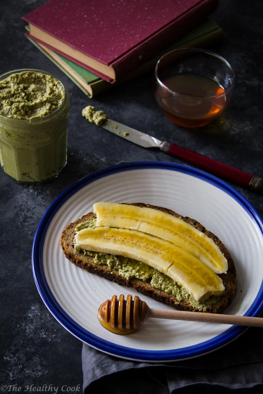 Σπιτικό ταχίνι συνδυασμένο με τσάι matcha, για ένα θρεπτικό πρωινό ή σνακ - Raw homemade tahini with matcha tea, for a nutritious breakfast or snack