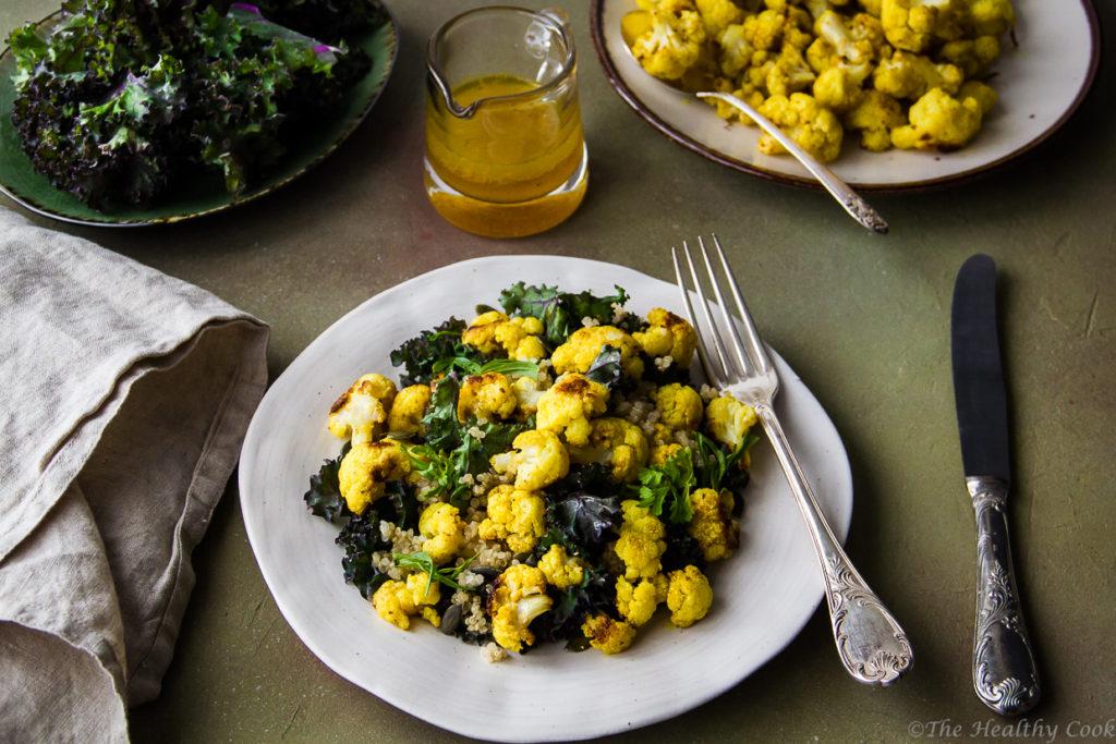Χορταστική και θρεπτική σαλάτα κουνουπίδι με κουρκουμά, κέιλ, κολοκυθόσπορο και κινόα. - Α nutritious turmeric cauliflower salad with kale, pepitas & quinoa