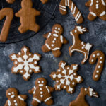 Υγιεινά χριστουγεννιάτικα μπισκότα με αλεύρι ζέας, αμυγδαλοβούτυρο και ζάχαρη καρύδας - Vegan gingerbread cookies with emmer flour and almond butter
