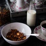Γκρανόλα με σοκολάτα, καρύδα και φουντούκια. Η πιο νόστιμη γκρανόλα που έχω φτιάξει! - The yummiest vegan chocolate granola with coconut & hazelnuts.