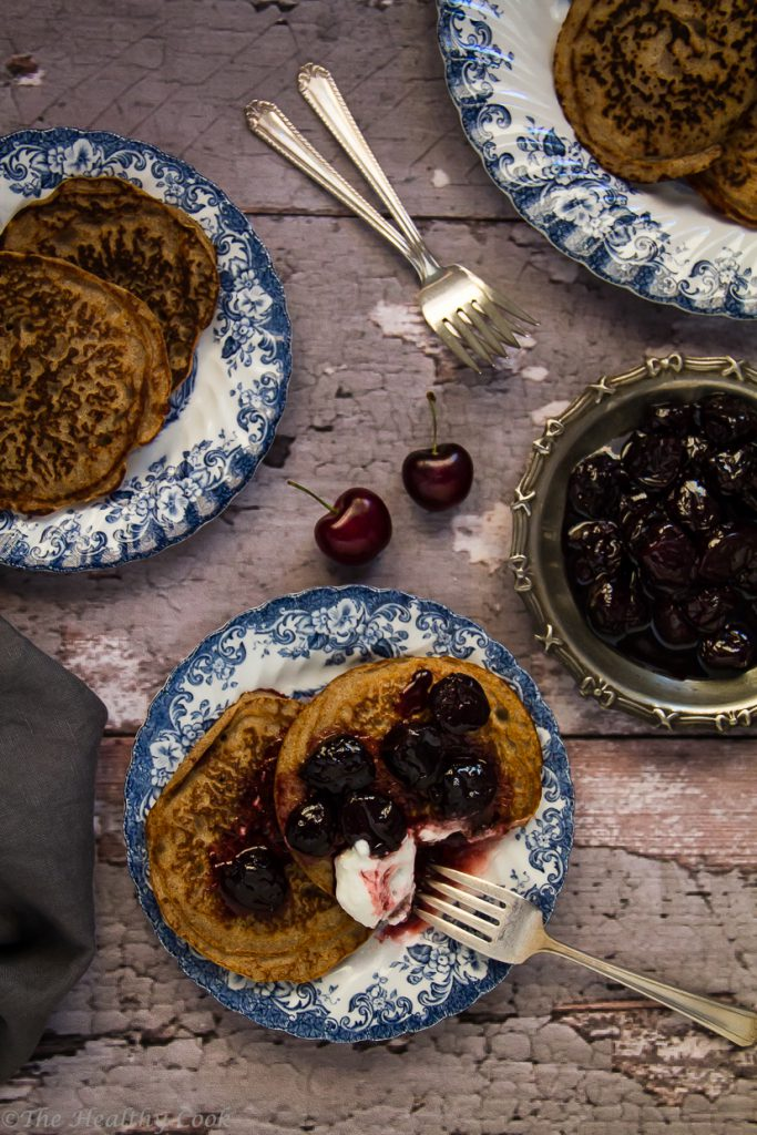 Τηγανίτες φαγόπυρου, χωρίς γλουτένη, που συνοδεύονται από μια αρωματική σάλτσα από κεράσια - Gluten-free buckwheat pancakes, served with a cherry sauce