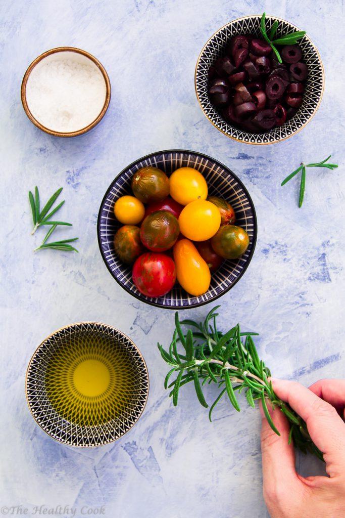 Φοκάτσα (ή φοκάτσια) με αλεύρι ολικής και τοματίνια, δεντρολίβανο & ελιές Καλαμών