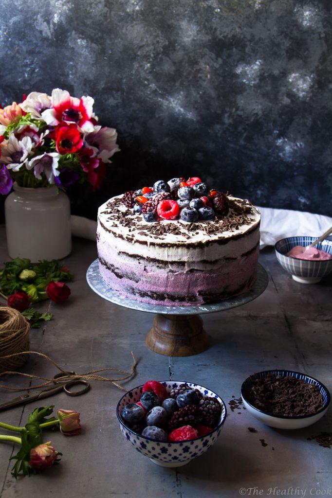 Vegan τούρτα με σοκολατένιο παντεσπάνι από αλεύρι ολικής, χωρίς επεξεργασμένη ζάχαρη και με υπέροχη γεύση! - Vegan berry ombre cake with whole wheat flour